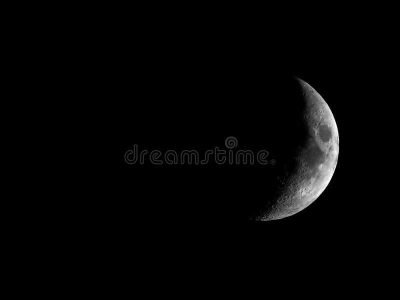 Hochauflösender einwachsender sichelförmiger Mond gesehen mit Teleskop lizenzfreies stockbild