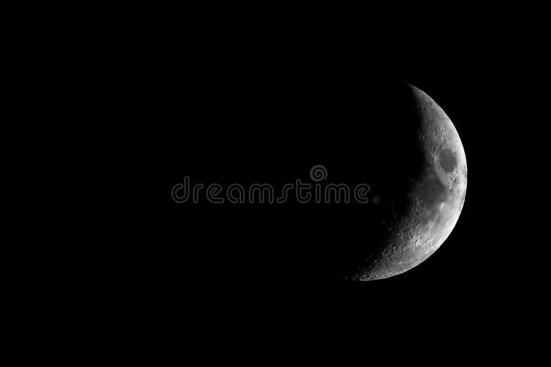 Hochauflösender einwachsender sichelförmiger Mond gesehen mit Teleskop stockfotografie