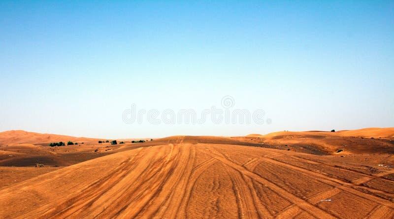 Hochauflösender und vibrierender Schuss einer Wüste in Dubai UAE mit blauem Himmel lizenzfreie stockbilder