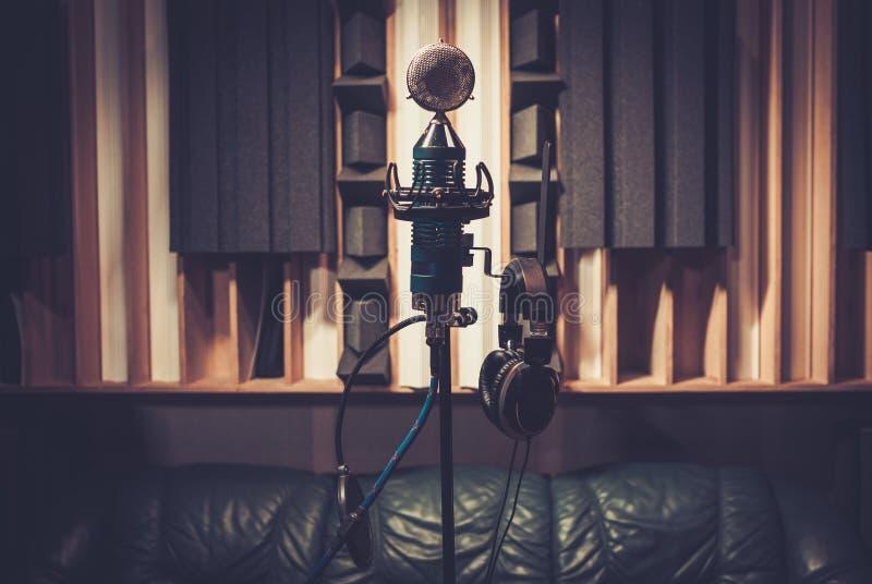 Hochauflösendes Extramikrophon am Tonstudio stockbild