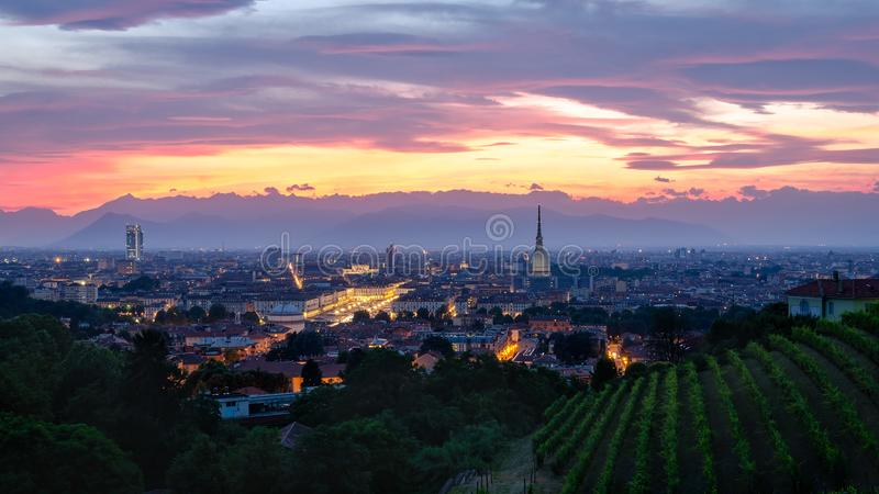 Hochauflösendes Panorama Turins bei Sonnenuntergang mit Mole Antonelliana lizenzfreies stockbild