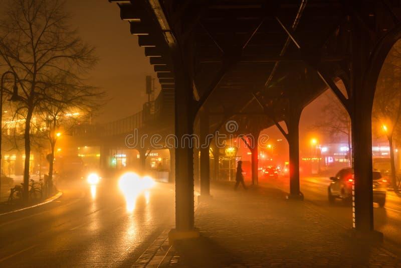 Hochbahn am nebeligen Abend stockfoto