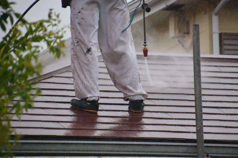 Hochdruckreinigung des Dachs lizenzfreie stockbilder