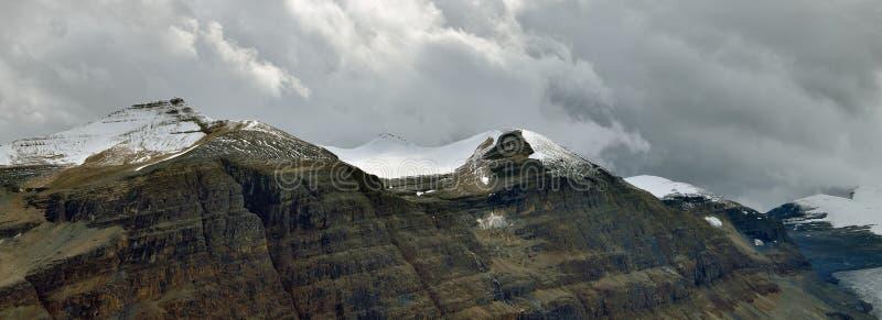 Hochgebirge kanadischen Rocky Mountainss umgeben durch Wolken entlang der Icefields-Allee zwischen Banff und Jaspis stockfotografie