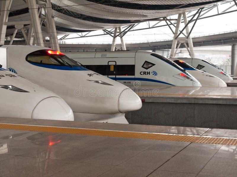 Hochgeschwindigkeitszüge an der Station stockbild