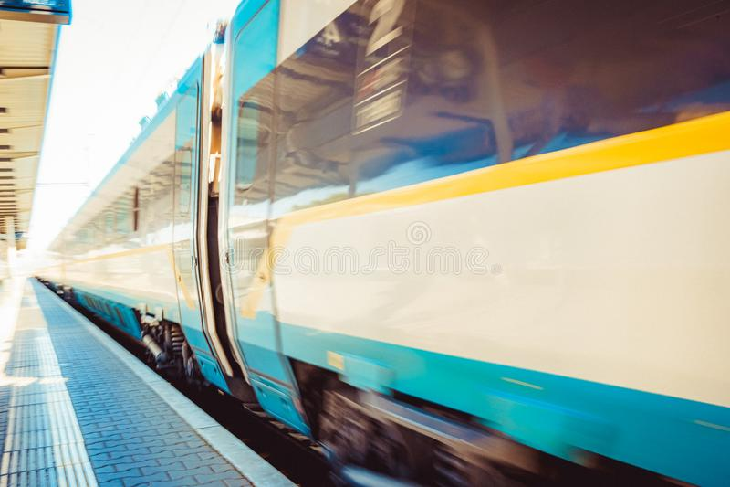 Hochgeschwindigkeitszug von China internationaler Hochgeschwindigkeitszug lässt die Plattform am Bahnhof Schnelle und bequeme Zug stockfoto