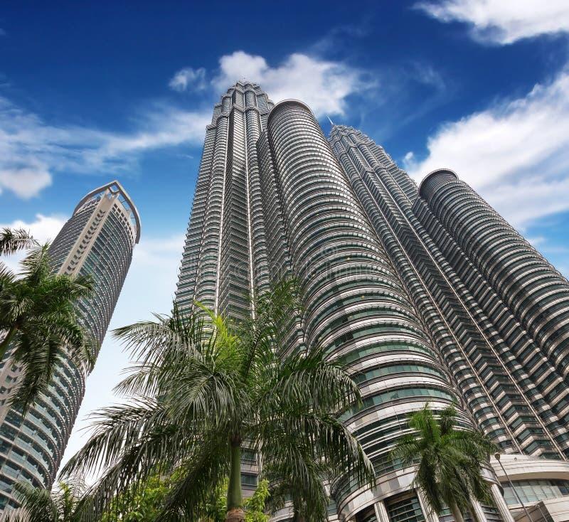Hochhäuser unter blauem Himmel stockbild