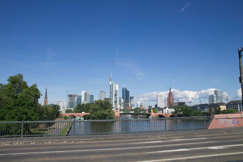 Hochhaus et pont de Francfort sur Main dans Hesse #1 photographie stock