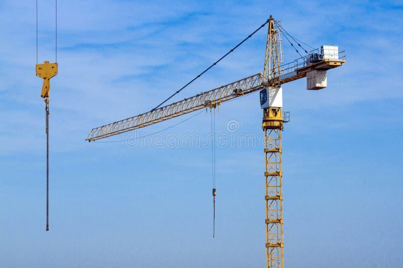Hochleistungskran und blauer Himmel mit zweiter Hebemaschine lizenzfreie stockfotos