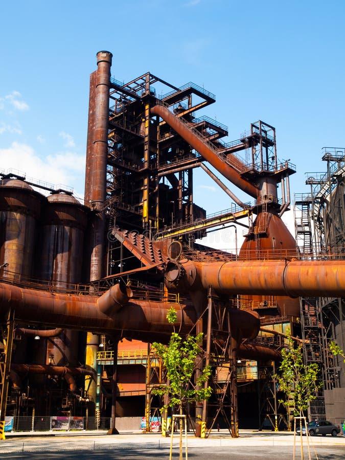 Hochofen in der Stahlfabrik stockbild