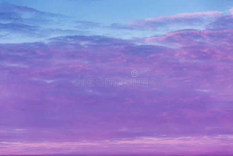 Hochrote Dämmerung im Himmel, drastische Ansicht lizenzfreie stockbilder