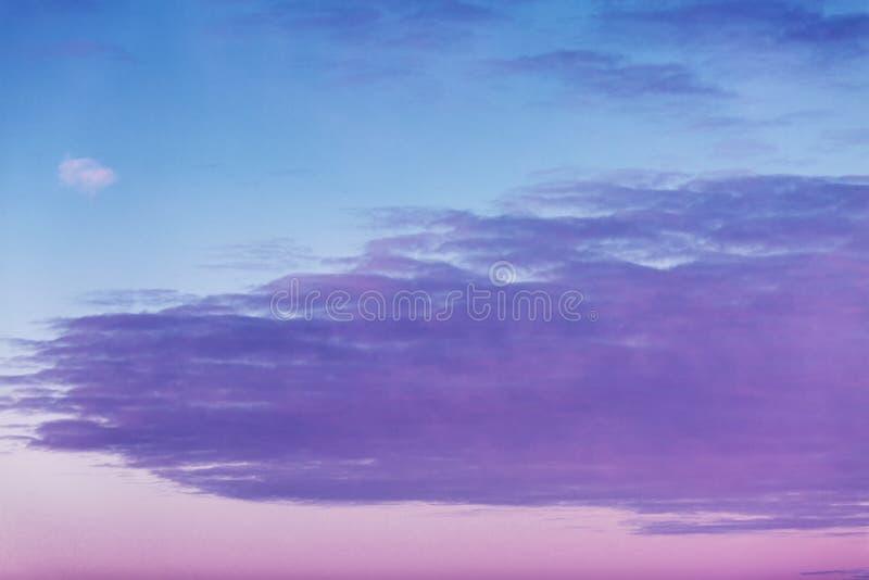 Hochrote Dämmerung im Himmel, drastische Ansicht lizenzfreie stockfotografie