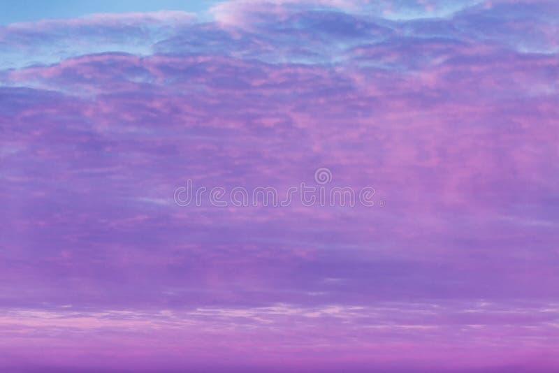 Hochrote Dämmerung im Himmel, drastische Ansicht stockbild
