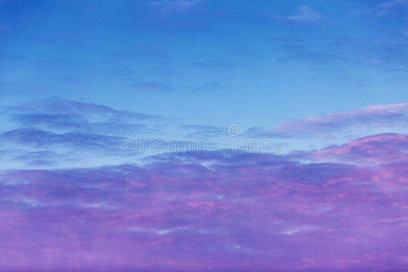 Hochrote Dämmerung im Himmel, drastische Ansicht stockfoto