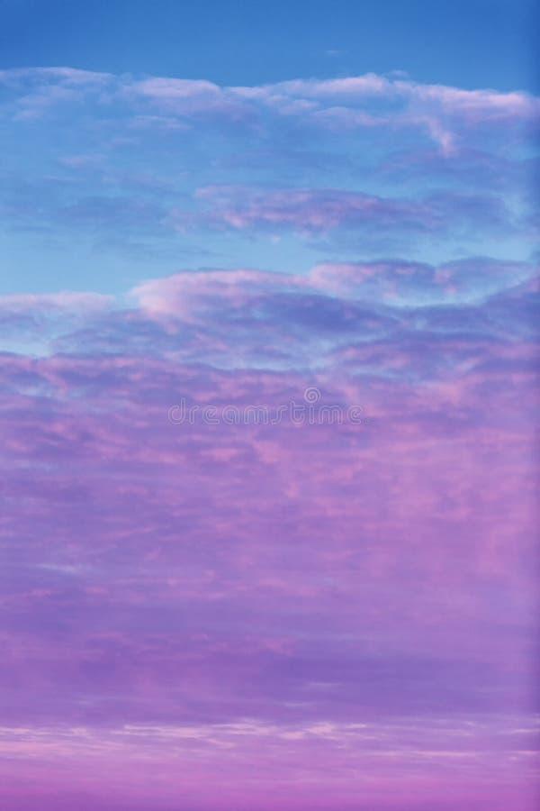 Hochrote Dämmerung im Himmel, drastische Ansicht Hintergrund stockfotos
