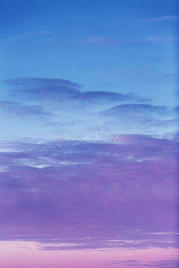 Hochrote Dämmerung im Himmel, drastische Ansicht Hintergrund stockfoto