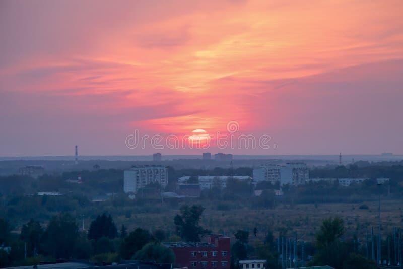 Hochrote Sonne im Abendsonnenuntergang lizenzfreies stockbild