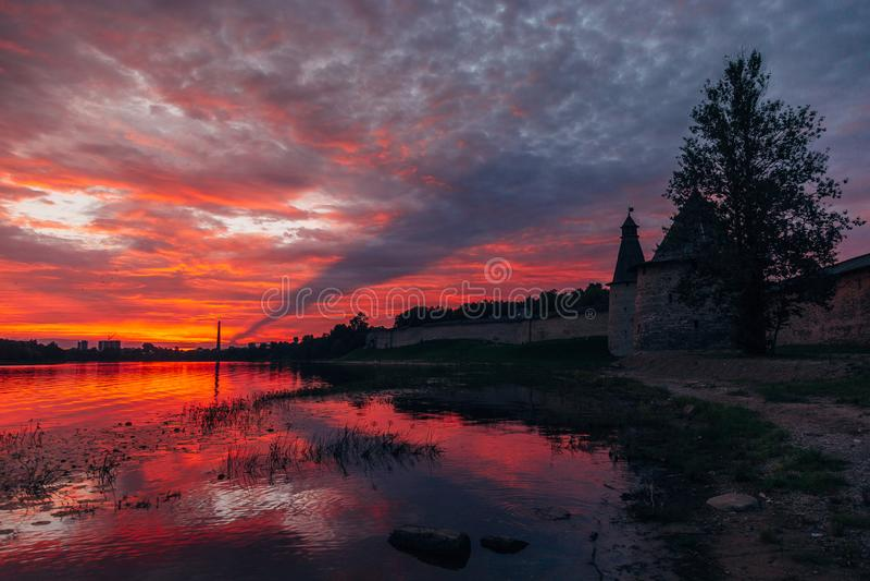 Hochroter Sonnenuntergang über Pskov-Festungsuhrtürmen lizenzfreies stockbild