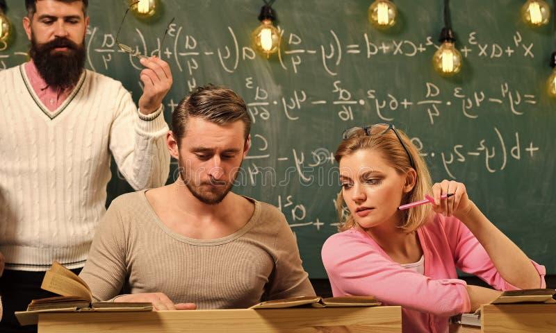 Hochschulbildungs-Konzept Studenten, Gruppe verbindet das Sprechen, das Bitten um Rat oder den Betrug während der Lehrer, der sie stockfotos
