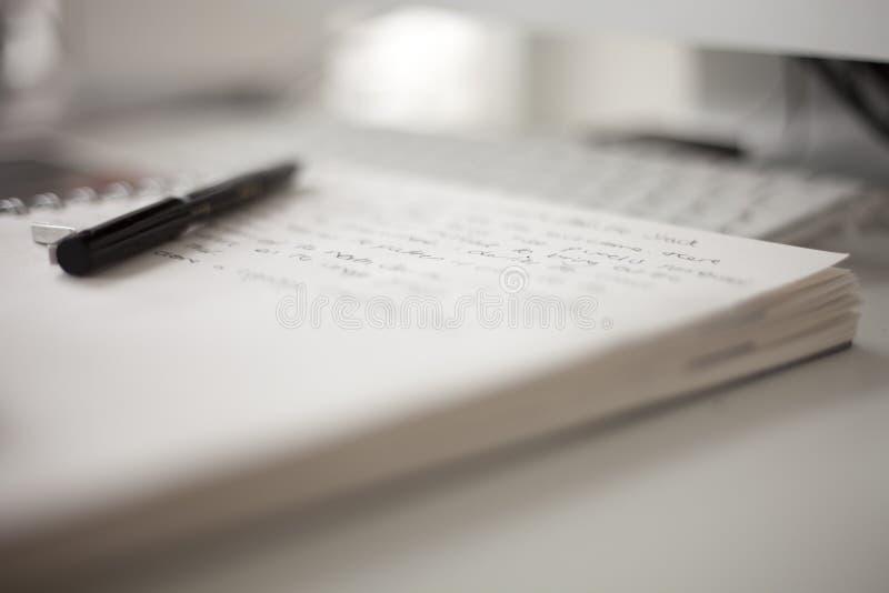 Hochschulbuch mit Schreiben stockfoto