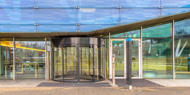 Hochschuleingang mit Drehtür stockfotografie