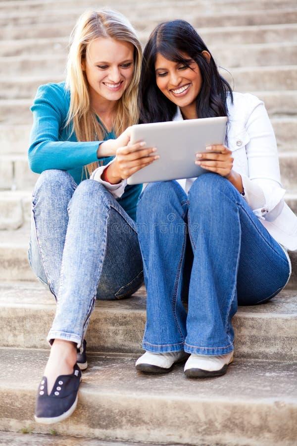 Hochschulfreunde, die Tablettecomputer verwenden lizenzfreies stockfoto