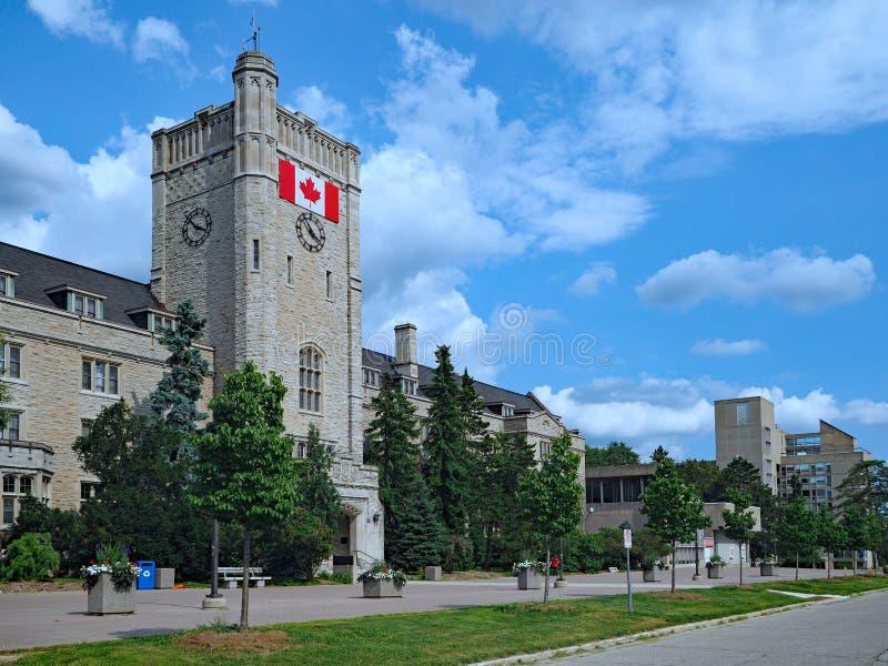 Hochschulgebäude mit kanadischer Flagge lizenzfreie stockfotografie