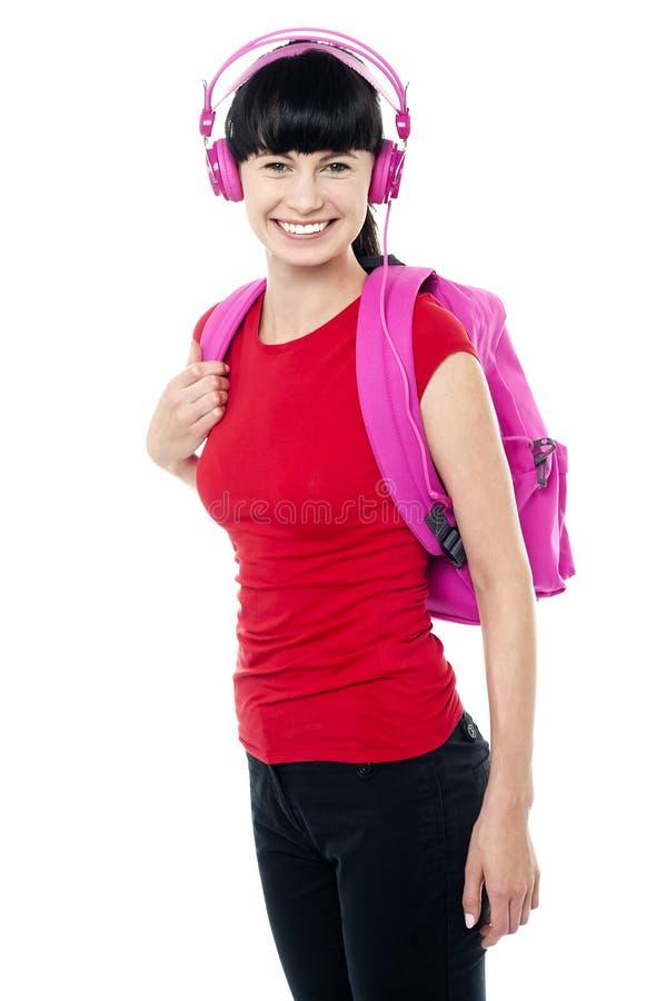 Hochschuljugendlich gekleidet in den casuals, die Musik genießen lizenzfreies stockbild