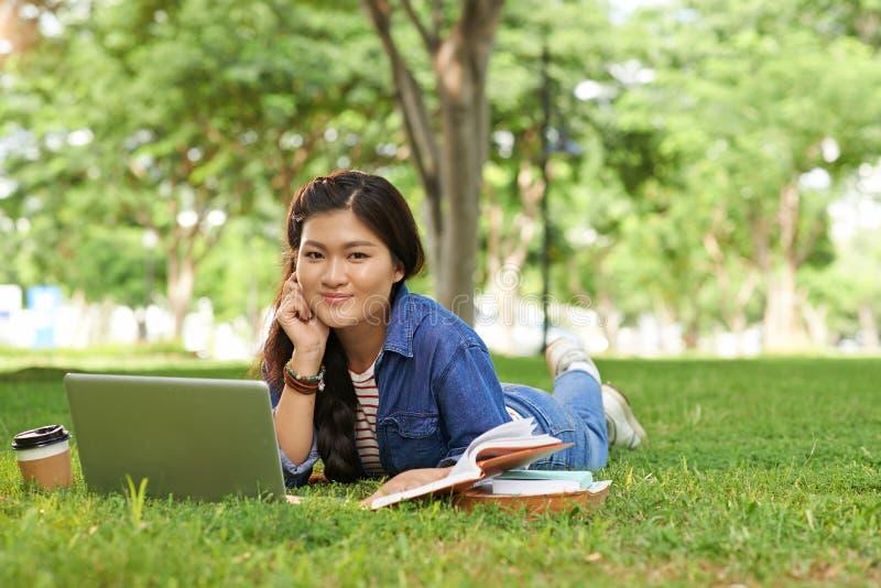 Hochschulmädchen auf Campus stockfoto