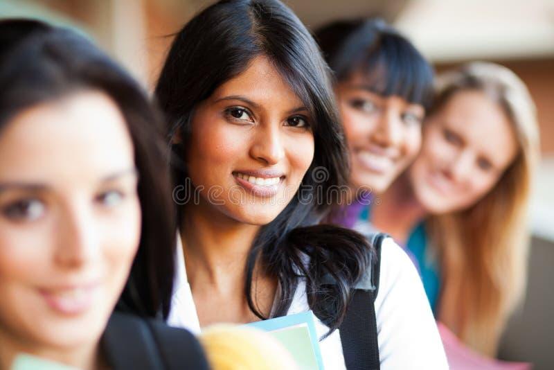 Hochschulmädchennahaufnahme stockfotos
