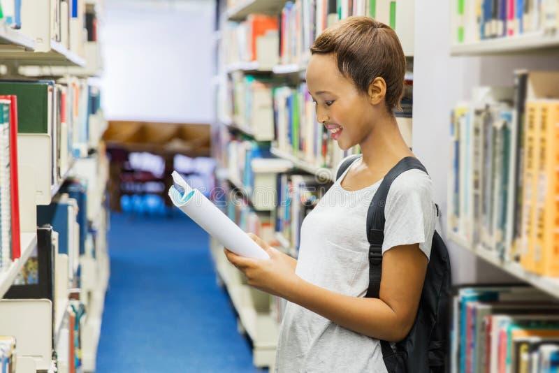 Hochschulstudent, der ein Buch liest lizenzfreies stockfoto