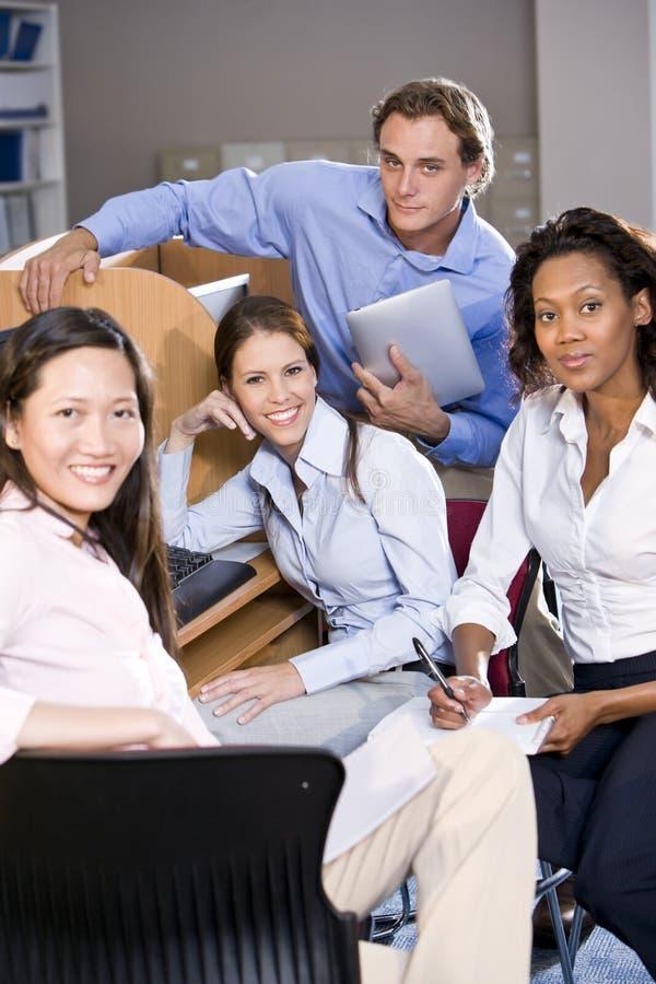 Hochschulstudenten am Bibliothekscomputerstudieren lizenzfreie stockfotos
