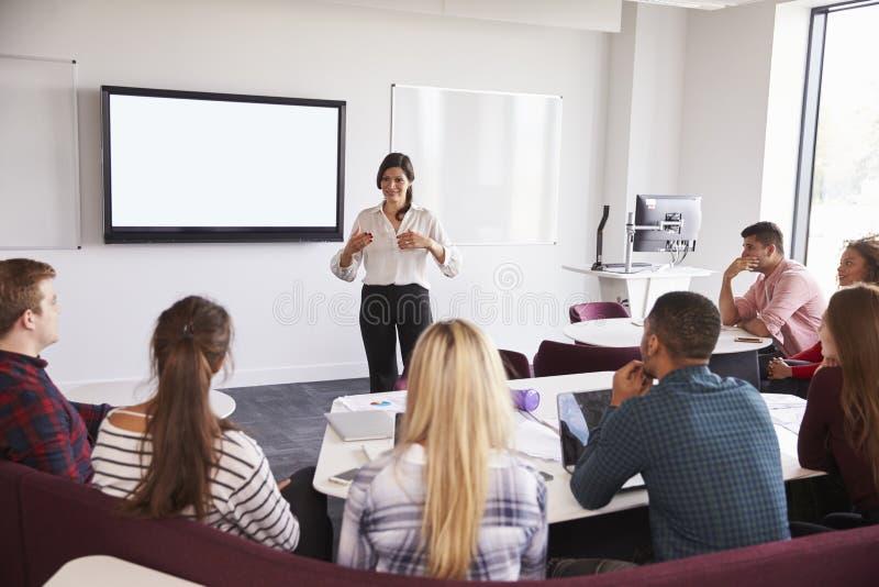 Hochschulstudenten, die auf dem Campus Vortrag besuchen lizenzfreie stockfotografie