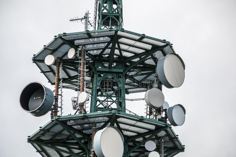 Hochsender-Mast für Mobilfunkdienste oder Geheimdienste lizenzfreie stockfotos