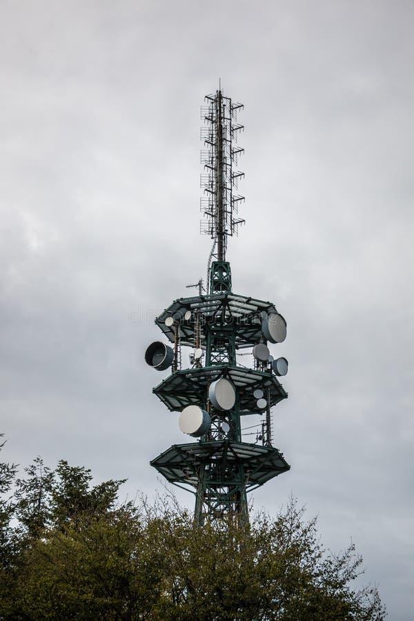 Hochsender-Mast für Mobilfunkdienste oder Geheimdienste lizenzfreies stockbild