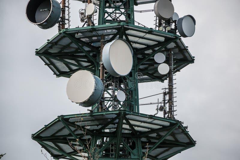 Hochsender-Mast für Mobilfunkdienste oder Geheimdienste lizenzfreie stockfotografie