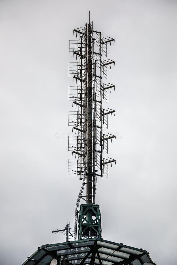Hochsender-Mast für Mobilfunkdienste oder Geheimdienste lizenzfreie stockbilder