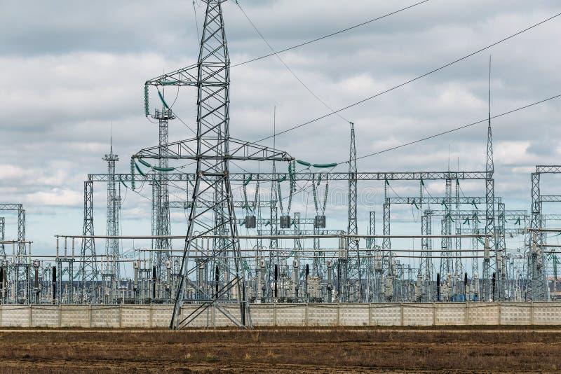 Hochspannungselektrizitätsübertragungspylonstromleitungen und Türme Industrielle Stromverteilung lizenzfreies stockbild