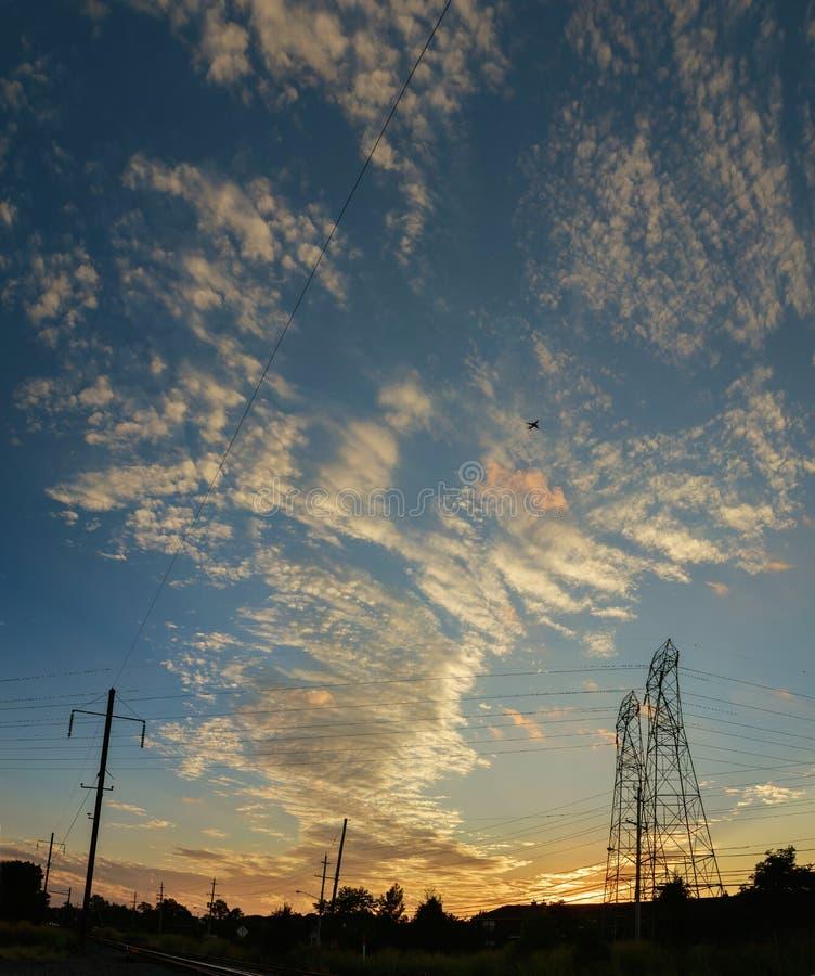 Hochspannungsenergiemasten in der Sonnenuntergangszenendämmerung stockfotos