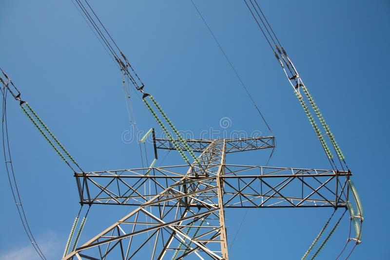 Hochspannungskontrollturm mit Seilzügen stockbild