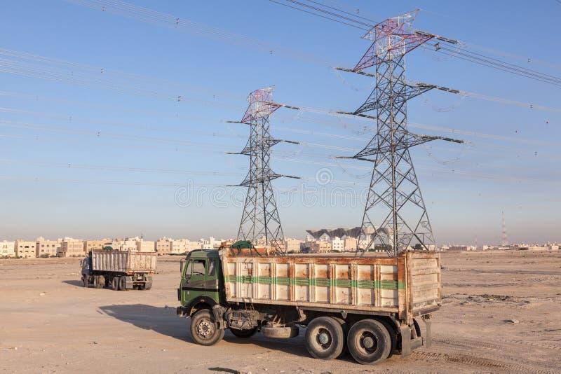 Hochspannungsleitungen und LKWs lizenzfreie stockfotos
