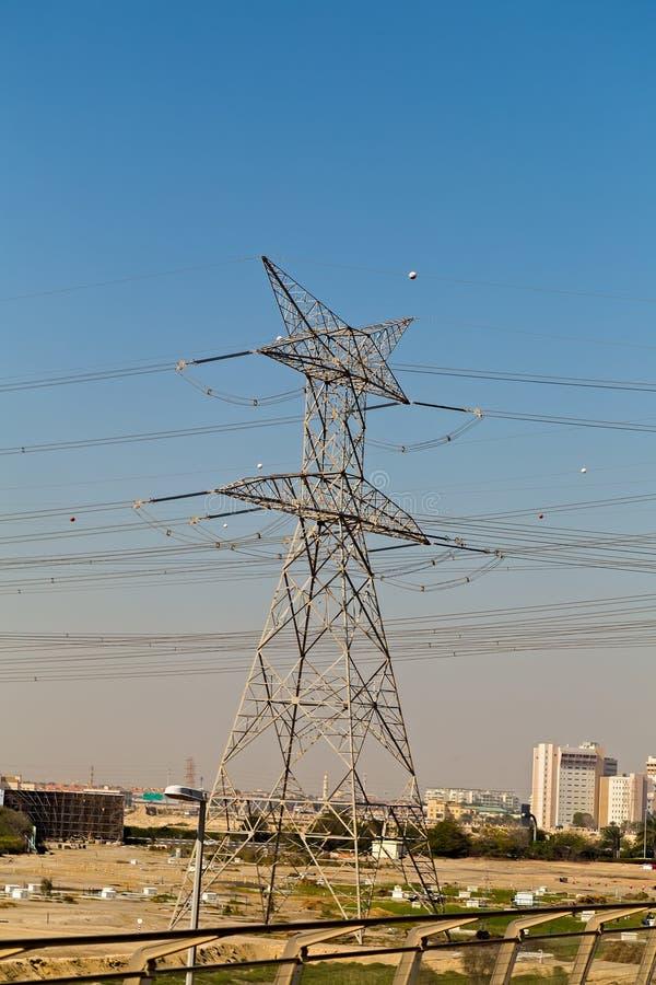Hochspannungslinien elektrische Säule Dubai lizenzfreie stockfotografie