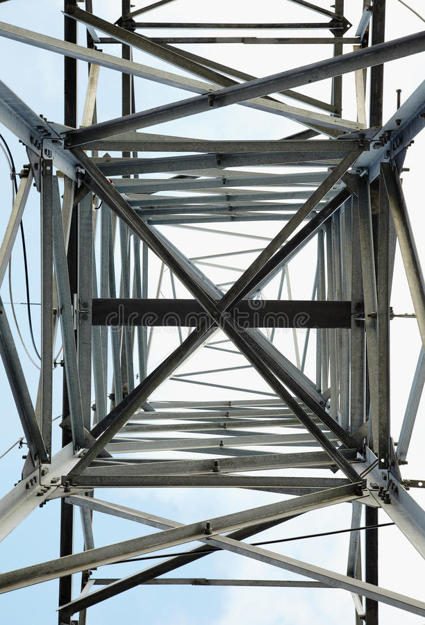 Hochspannungsstahlkontrollturm - Ansicht von unten stockfotos