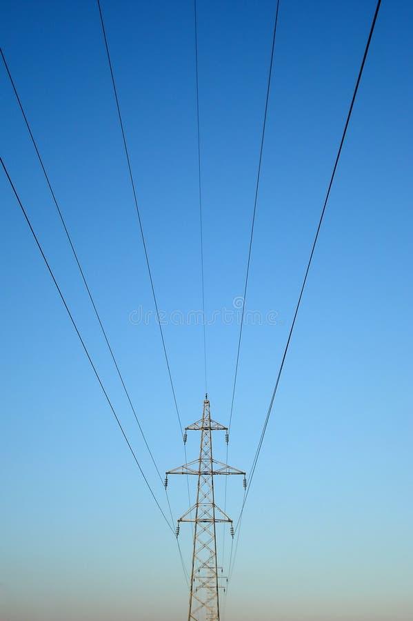 Hochspannungsstarkstromleitungskontrollturm stockfoto
