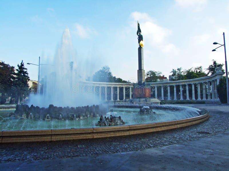 Hochstrahlbrunnen en Heroes' Monument van het Rode Leger Heldendenkmal der Roten Armee, Wien - Wenen, Oostenrijk royalty-vrije stock foto