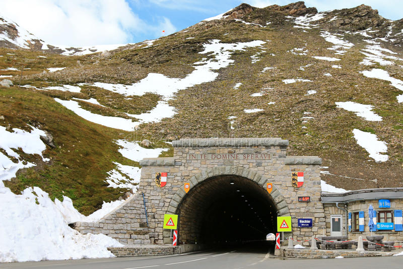 Hochtor, il tunnel del passo di montagna, all'alta strada alpina di Grossglockner in Austria fotografie stock libere da diritti