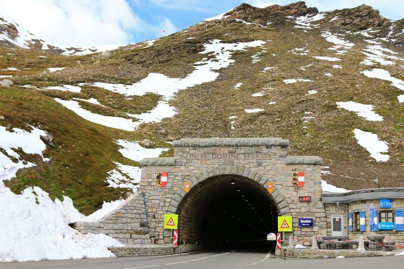 Hochtor, o túnel da passagem de montanha, na estrada alpina alta de Grossglockner em Áustria fotos de stock royalty free