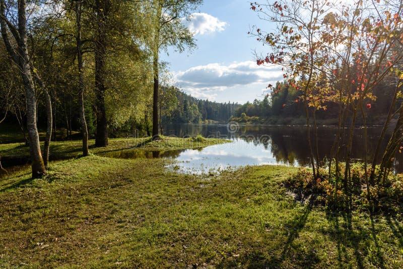 Download Hochwasserniveau Im Fluss Gauja, Nahe Valmiera-Stadt In Lettland S Stockbild - Bild von remains, herbst: 106800575