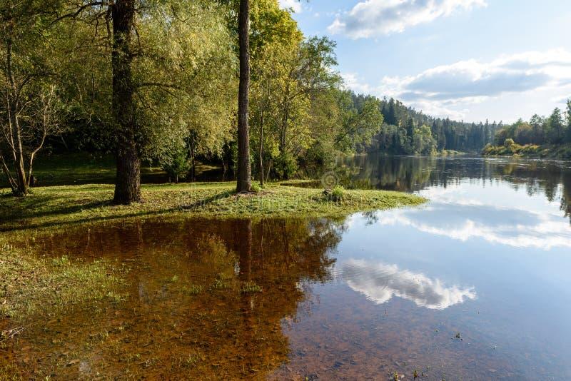 Download Hochwasserniveau Im Fluss Gauja, Nahe Valmiera-Stadt In Lettland S Stockfoto - Bild von schild, ritter: 106800660