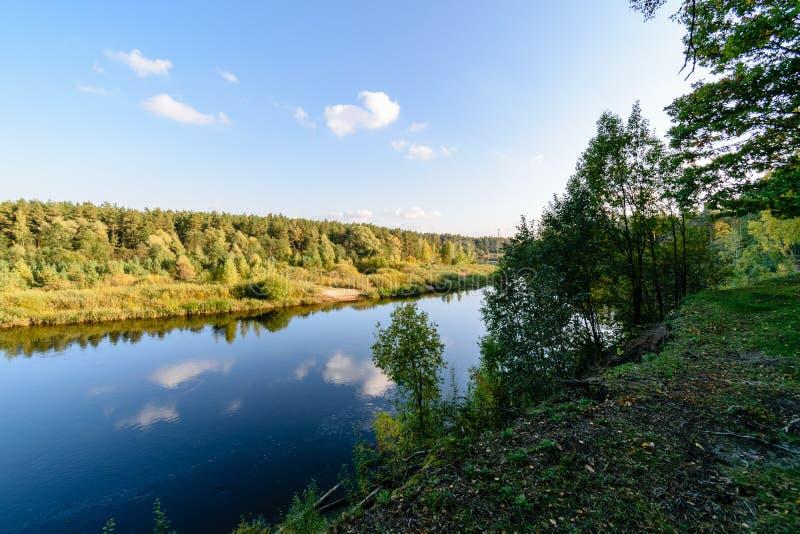 Download Hochwasserniveau Im Fluss Gauja, Nahe Valmiera-Stadt In Lettland S Stockfoto - Bild von kreuz, busch: 106800706
